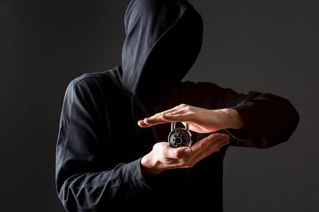 Vorderansicht des hackers, der schloss hält