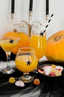 Vorderansicht des halloween-konzepts des orangensaftes