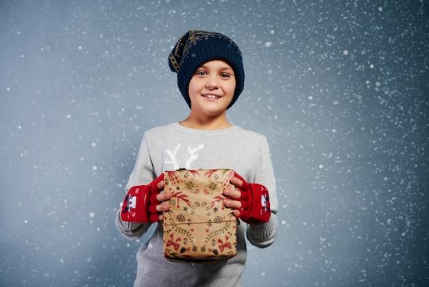 Vorderansicht des jungen mit weihnachtsgeschenk