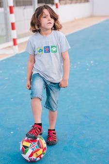 Vorderansicht des kindes spielend mit ball