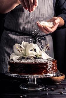 Vorderansicht des köstlichen kuchens mit lilie