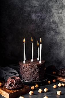 Vorderansicht des köstlichen schokoladenkuchens mit kerzen
