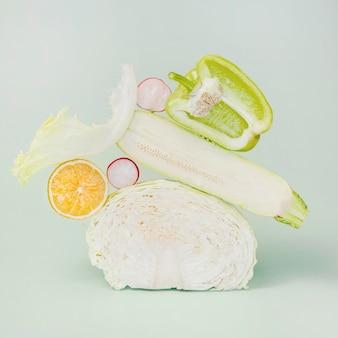 Vorderansicht des kohls mit zucchini und rettich