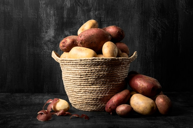Vorderansicht des korbes mit kartoffeln