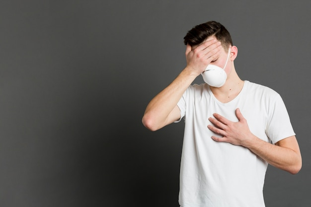 Vorderansicht des kranken mannes, der coronavirus-symptome präsentiert