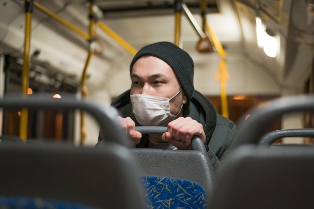Vorderansicht des kranken mannes, der den bus reitet