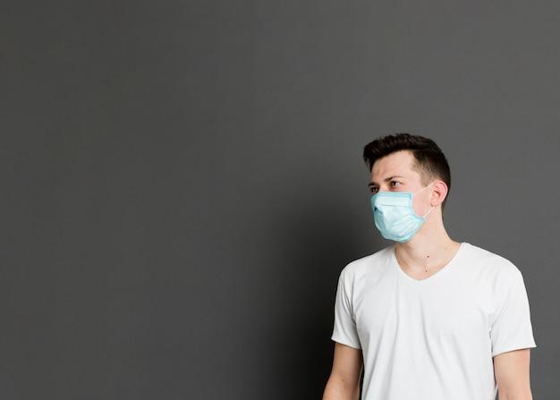 Vorderansicht des kranken mannes, der eine medizinische maske trägt