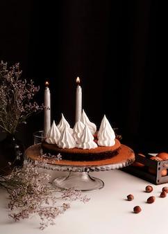 Vorderansicht des kuchens mit zuckerguss und kerzen