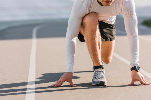 Vorderansicht des läufers in ausgangsposition