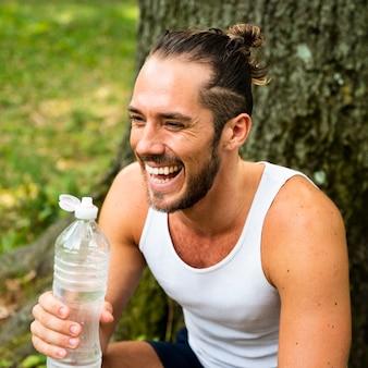 Vorderansicht des läufers mit wasserflasche