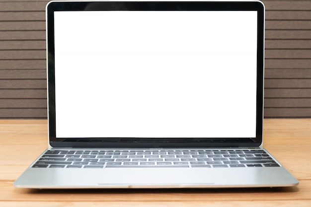 Vorderansicht des laptopmodells auf holz