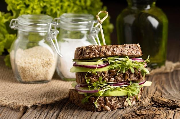 Vorderansicht des lecker aussehenden salatsandwiches