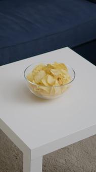 Vorderansicht des leeren raumes mit niemandem darin, der für das nachtparty-wohnzimmer mit kartoffelchips vorbereitet ist ...