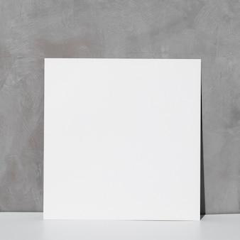 Vorderansicht des leeren weißen papiers mit kopierraum