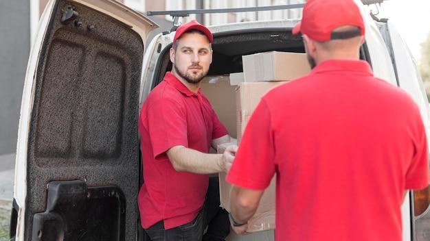 Vorderansicht des lieferers mit packagaes