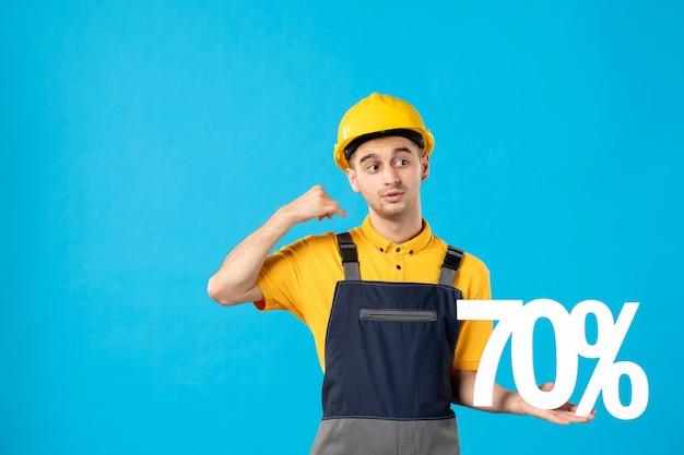 Vorderansicht des männlichen arbeiters in der uniform mit schrift auf blau