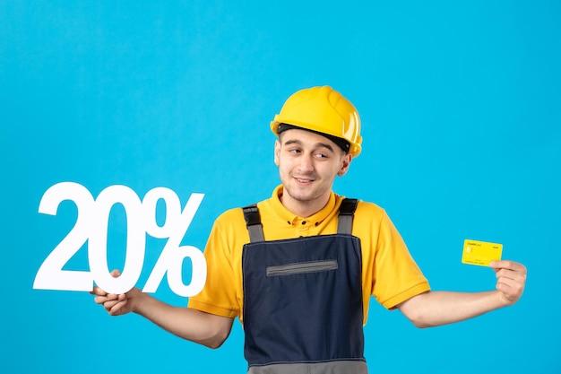 Vorderansicht des männlichen arbeiters in uniform mit schrift und bankkarte blau