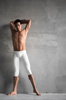 Vorderansicht des männlichen balletttänzers, der aufwirft
