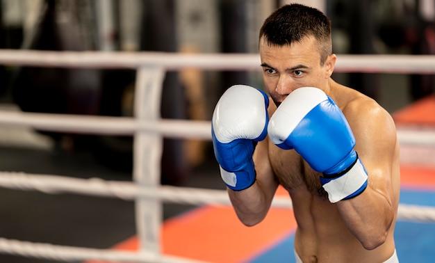 Vorderansicht des männlichen boxertrainings im ring