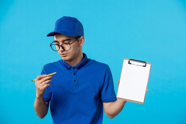Vorderansicht des männlichen kuriers mit aktennotiz auf blau
