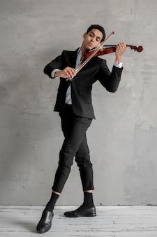 Vorderansicht des männlichen musikers, der geige spielt