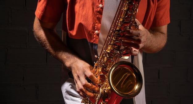 Vorderansicht des mannes, der das saxophon spielt