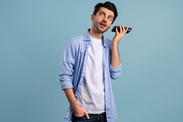 Vorderansicht des mannes, der sein smartphone hört
