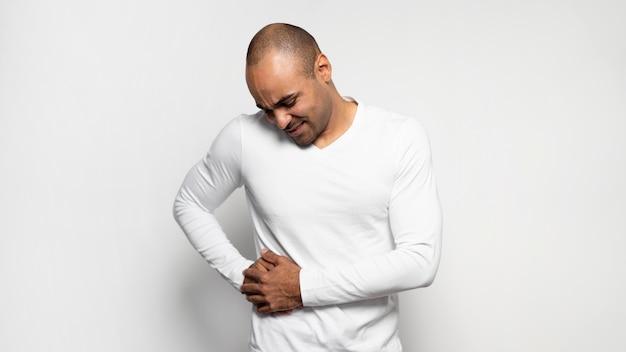 Vorderansicht des mannes, der unter seitenschmerzen leidet