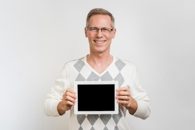 Vorderansicht des mannes eine tablette halten