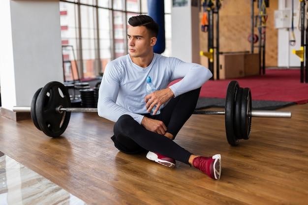Vorderansicht des mannes mit gewichtsstange