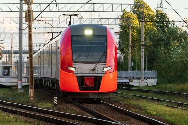 Vorderansicht des modernen intercity-hochgeschwindigkeitszuges auf dem bahnsteig der eisenbahn