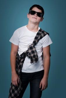 Vorderansicht des modernen jungen mit der sonnenbrilleaufstellung