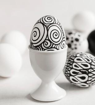 Vorderansicht des monochromen eies für ostern im eierbecher