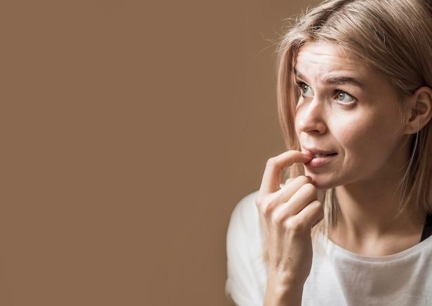 Vorderansicht des nagels beißt schlechte angewohnheit mit kopierraum