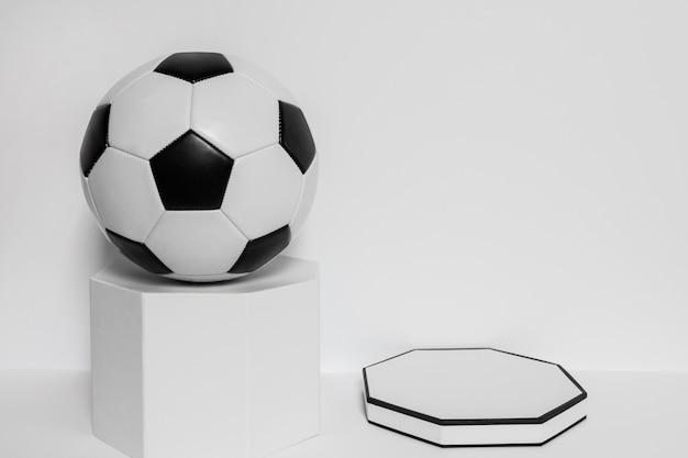Vorderansicht des neuen fußballs auf sockel mit kopienraum
