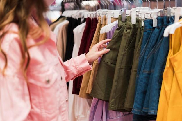 Vorderansicht des niedlichen japanischen mädchens beim einkaufen