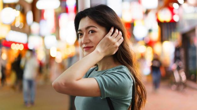 Vorderansicht des niedlichen japanischen mädchens in tokio