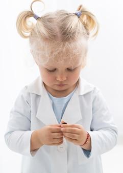 Vorderansicht des niedlichen kleinkindes mit laborkittel