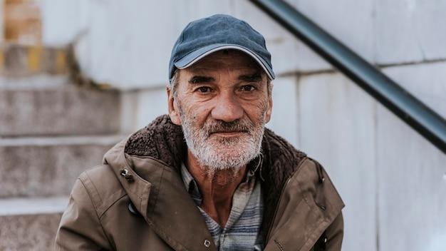 Vorderansicht des obdachlosen mit bart