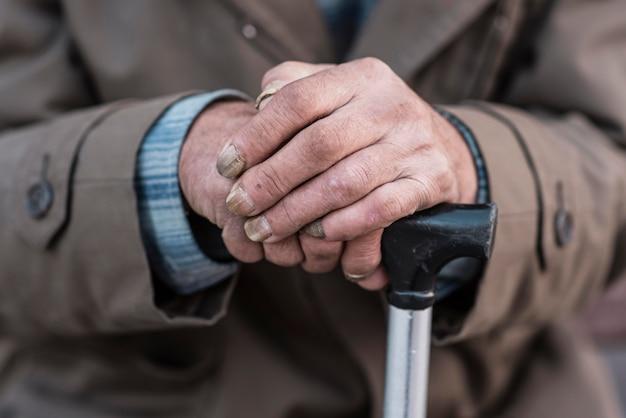 Vorderansicht des obdachlosen mit zuckerrohr