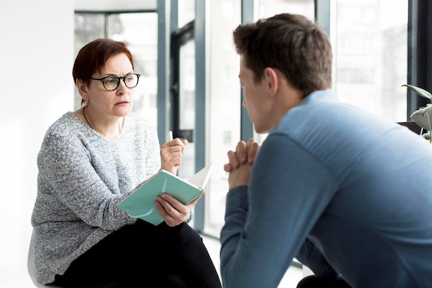 Vorderansicht des patienten und des psychologen