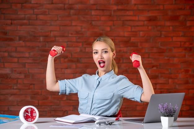 Vorderansicht des reisebüros mit roten hanteln assistent karte berufsagentur beruf manager global sport workouts job athlet