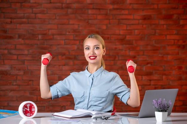Vorderansicht des reisebüros mit roten hanteln assistent karte berufsbeschäftigung athlet manager workouts job agentur geld global sport