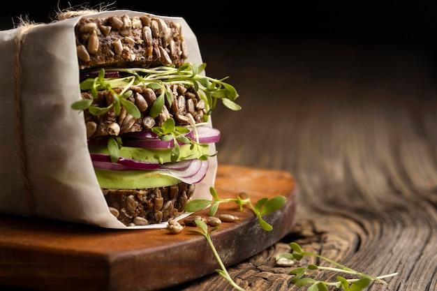 Vorderansicht des salatsandwiches mit kopienraum