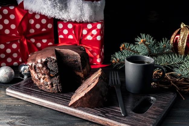 Vorderansicht des schokoladenkuchens auf zerhacker