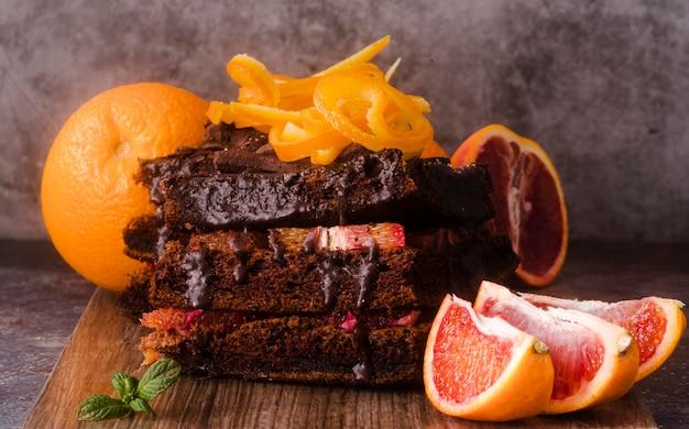 Vorderansicht des schokoladenkuchens mit obst und minze