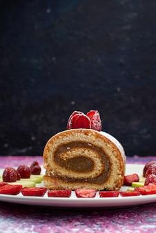 Vorderansicht des schokoladenrollenkuchens mit früchten innerhalb platte auf dem dunklen schreibtisch