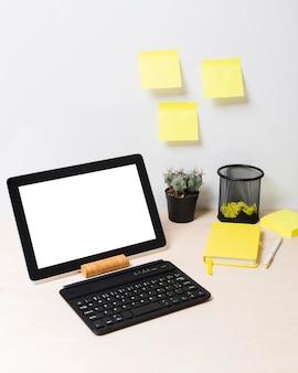 Vorderansicht des schreibtisches und der aufkleber mit kopierraum