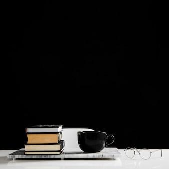 Vorderansicht des schreibtischkonzepts mit kopierraum