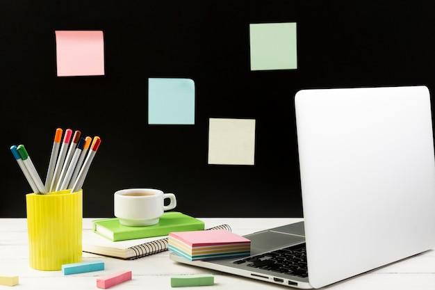 Vorderansicht des schreibtischkonzepts mit laptop
